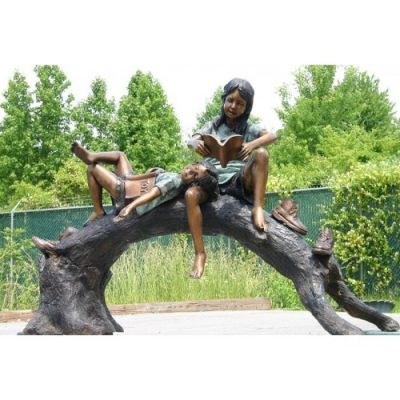Záhradní bronzová socha - Chlapec s divkou ctou na drevene lavicce