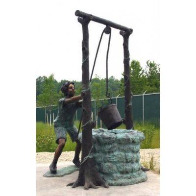 Záhradní bronzová socha - Chlapec táhnoucí vodu ze studny