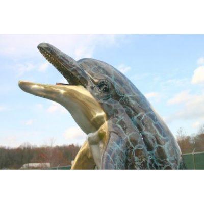 Záhradní bronzová socha - Delfín na vlně (speciální platina)
