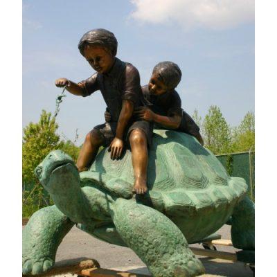Záhradní bronzová socha - Dva kluci a zelva
