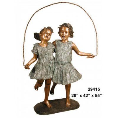 Záhradní bronzová socha - Dve dívky skáčou přes švihadlo