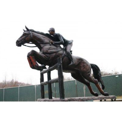 Záhradní bronzová socha - Jazdec na koni preskakujici plot
