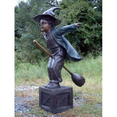 Záhradní bronzová socha - Kluk na létajíci košteti