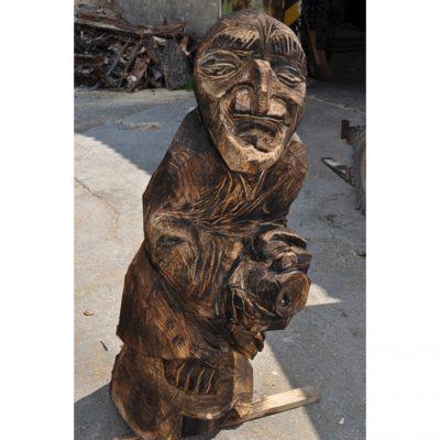 zahradni-drevena-socha-drevena-carodejnice-na-kosteti-2