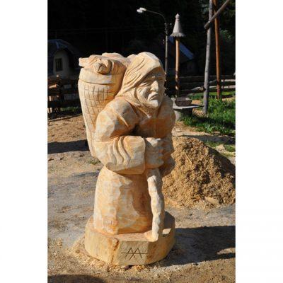 Zahradní dřevěná socha - dřevěná čarodějnice s košíkem štěňátek