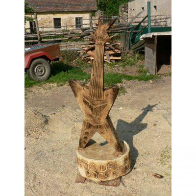 Zahradní dřevěná socha - Dřevěná kytara