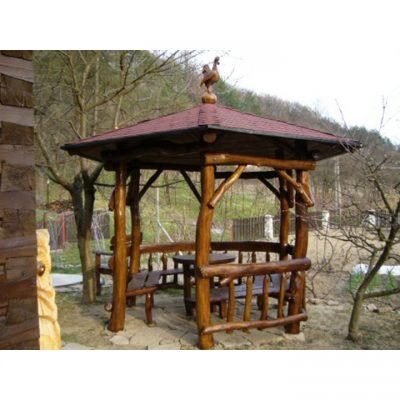 Dřevěný altán s krytinou a kohoutem