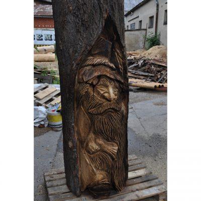 zahradni-drevena-socha-dreveny-loupeznik