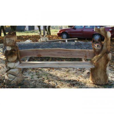 Lesní dřevěná lavička