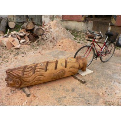 Zahradní dřevěná socha - Dřevěný stojan na kola