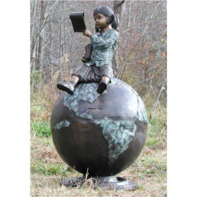Dívka sedící na zeměkouli