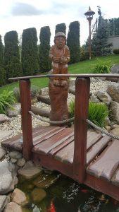 drevena-socha-jako-soucast-zahrady-1